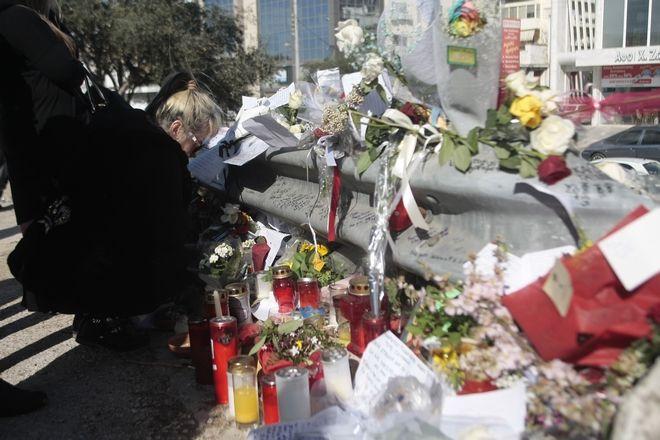 Κόσμος αφήνει λουλούδια στη λεωφόρο Βουλαιγμένης την παρασκευή 19 Φεβρουαρίου 2016 και στο σημείο που βρήκε το θάνατο ο τραγουδιστής Παντελής Παντελίδης σε τροχαίο δυστύχημα. (EUROKINISSI/ΣΤΕΛΙΟΣ ΣΤΕΦΑΝΟΥ)