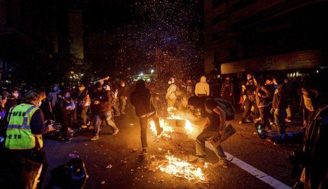 Διαδηλωτές καίνε σκουπίδια στο Όκλαντ της Καλιφόρνια