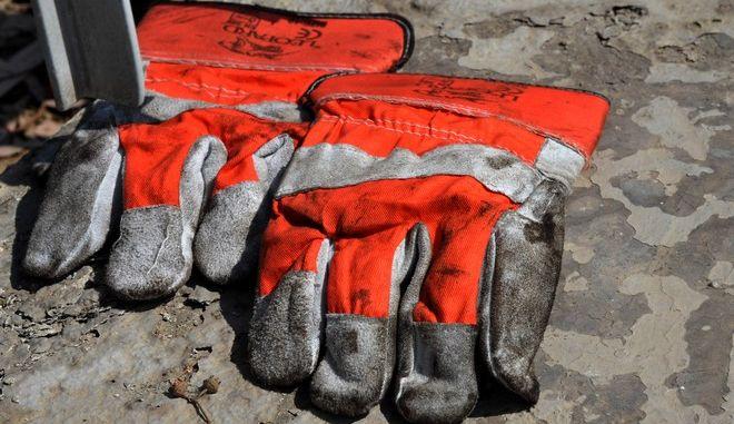 Στιγμιότυπο από τα διυλιστηρια του Ασπροπύργου την Παρασκευή 8 Μαΐου 2015. Νωρίτερα σε εξωτερικό χώρο στα διυλιστήρια του ομίλου Ελληνικά Πετρέλαια ξέσπασε πυρκαγιά από την οποία τραυματίστηκαν έξι εργαζόμενοι εκ των οποίων δύο σοβαρά. Στις μονάδες των διυλιστηρίων εκτελούνταν εργασίες συντήρησης και η πυρκαγιά σύμφωνα με πληροφορίες εκδηλώθηκε σε μια από τις δεξαμενές. (EUROKINISSI/ΑΝΤΩΝΗΣ ΝΙΚΟΛΟΠΟΥΛΟΣ)