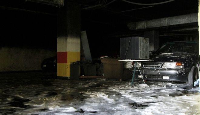 Πυρκαγιά σε υπόγειο χώρο στάθμευσης κτιρίου επί της οδού Δημητρίου Γούναρη στη Γλυφάδα, την Δευτέρα 9 Οκτωβρίου 2017. Στο έργο της κατάσβεσης έλαβαν μέρος 30 πυροσβέστες με 10 οχήματα, ενώ από την πυρκαγιά προκλήθηκαν εκτενείς υλικές ζημιές σε σταθμευμένα οχήματα, σε μοτοσυκλέτες, σε ένα σκάφος αναψυχής, ένα τζετ σκι, σε μέρος του αρχείου της Δ.Ο.Υ. Γλυφάδας που υπήρχε στον χώρο και στις εγκαταστάσεις του κτηριακού συγκροτήματος. (EUROKINISSI/ΣΩΤΗΡΗΣ ΔΗΜΗΤΡΟΠΟΥΛΟΣ)