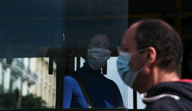 Διευρύνεται η ανησυχία λόγω της εξάπλωσης των κρουσμάτων κορονοϊού. Η καθολική χρήση μάσκας δεν μπορεί από μόνης να αναχαιτίσει τον ιό.