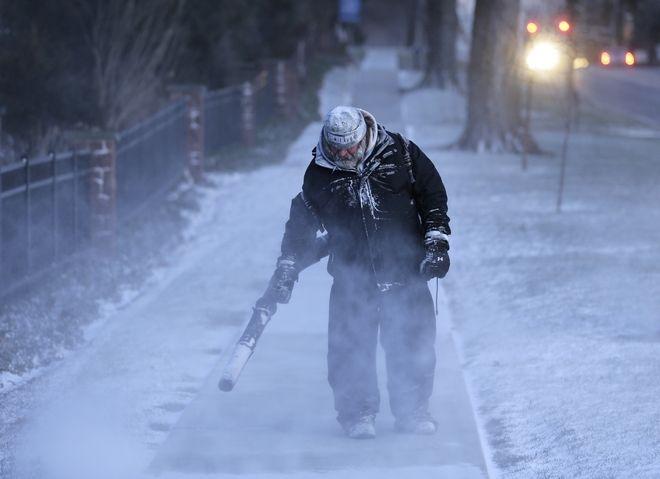 Άνδρας προσπαθεί να ανοίξει δρόμο στο πεζοδρόμιο