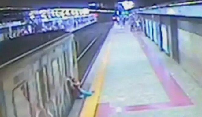Βίντεο: Οδηγός μετρό τρώει και σέρνει εγκλωβισμένη στην πόρτα επιβάτη