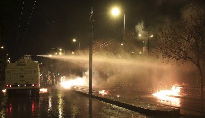 Η αύρα της αστυνομίας εν δράσει κατά τα επεισόδια μετά την πορεία για την 45η επέτειο της εξέγερσης του Πολυτεχνείου