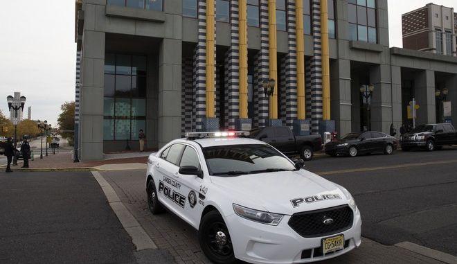 Αστυνομική δύναμη έξω από το γραφείο γερουσιαστή των Δημοκρατικών στη Νιου Τζέρσι