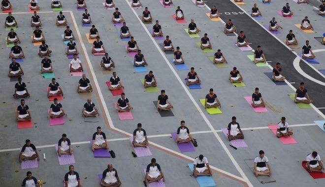 Εκατομμύρια Ινδοί και φανατικοί της yoga ξάπλωσαν στο ματ για να γιορτάσουν την ημέρα yoga - Ανάμεσά τους και ο πρωθυπουργός της Ινδίας, Ναρέντρα Μόντι.