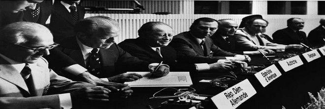 Tην 1η Αυγούστου του 1975, τριάντα πέντε έθνη υπέγραψαν το έγγραφο που διατήρησε την ειρήνη, στην Ευρώπη, για πολλές δεκαετίες. (AP Photo/stf)