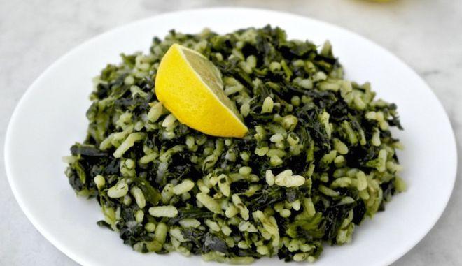 Ένα πιάτο αχνιστό σπανακόρυζο με λεμόνι
