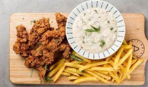 Η συνταγή που προτείνει ο Άκης Πετρετζίκης για απολαυστικό κοτόπουλο πανέ