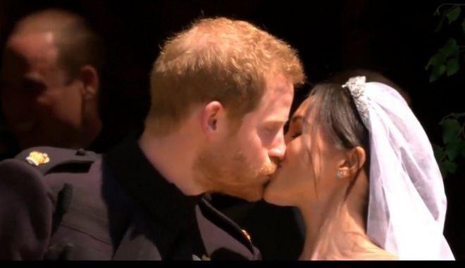 Το πρώτο φιλί των νεόνυμφων
