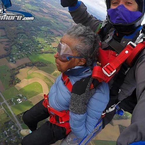 Αιωνόβια βετεράνος Β' Παγκοσμίου Πολέμου γιόρτασε κάνοντας Skydiving