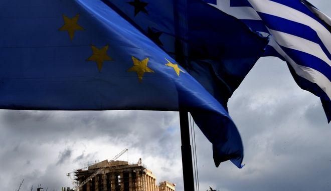 Η Ελληνική και η σημαία της Ευρωπαικής Ένωσης,κυματίζουν με φόντο την Ακρόπολη