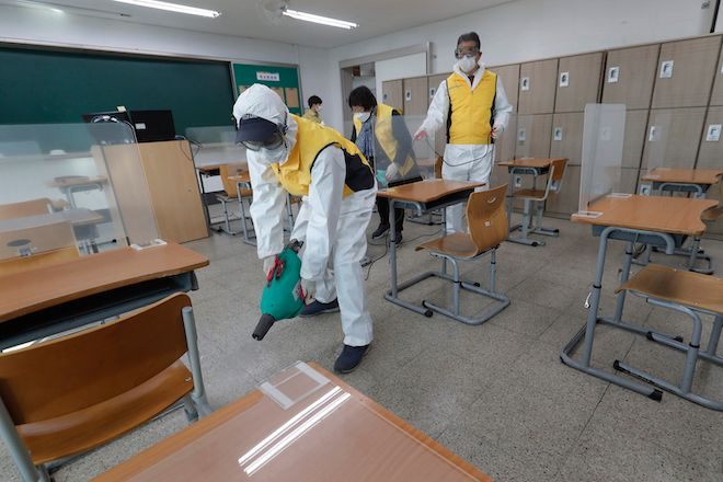 Απολύμανση ως προφύλαξη κατά του κορονοϊού για τις εξετάσεις εισόδου στο πανεπιστήμιο σε μια τάξη στη Σεούλ, Νότια Κορέα, 1 Δεκεμβρίου 2020.