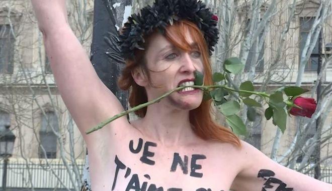 Γαλλία: Ακτιβίστριες Femen αλυσοδέθηκαν σε γέφυρα του Παρισιού