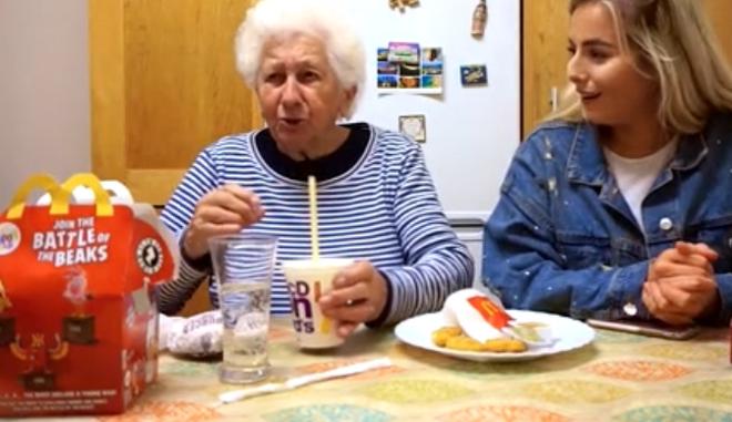 Βίντεο: Η αξιολάτρευτη αντίδραση γιαγιάς που δοκιμάζει για πρώτη φορά fast food