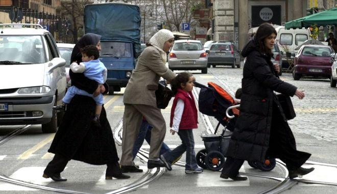 Γυναίκες με μαντίλα πηγαίνουν βόλτα