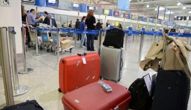 """Αναχώρησαν στις 6 τα ξημερώματα της Τετάρτης 15 Μαΐου 2013, και με πτήση της Aegean οι επιχειρηματίες που συνοδεύουν τον πρωθυπουργό Αντ. Σαμαρά στο ταξίδι του στην Κίνα. Το στιγμιότυπο από την αίθουσα αναμονής του αεροδρομίου """"Ελ. Βενιζέλος"""". (EUROKINISSI/ΒΑΣΙΛΗΣ ΚΟΥΤΡΟΥΜΑΝΟΣ)"""