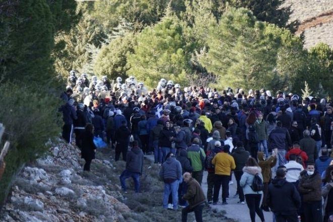 Άγρια επεισόδια στη Χίο μεταξύ κατοίκων και ΜΑΤ