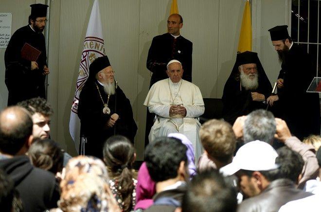 Ο Πάπας Φραγκίσκος,ο Οικουμενικός Πατριάρχης Βαρθολομαίος και ο Αρχιεπίσκοπος Αθηνών και πάσης Ελλάδος  Ιερώνυμος στο κέντρο υποδοχής και ταυτοποίησης μεταναστών και προσφύγων  στην Μόρια της Μυτιλήνης,Σάββατο 16 Απριλίου 2016 (EUROKINISSI/ΣΤΕΛΙΟΣ ΜΙΣΙΝΑΣ)