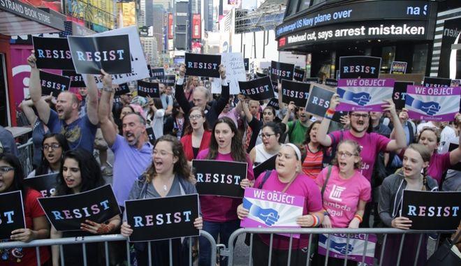 Διαδηλωτές ενάντια στην απόφαση του Ντόναλντ Τραμπ να απαγορεύσει την συμμετοχή διεμφυλικών στο αμερικανικό στράτευμα. 26 Ιουλίου 2017