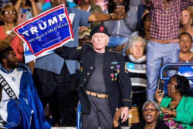 Βίντεο: Οργισμένος Ομπάμα υποστηρίζει ηλικιωμένο οπαδό του Τραμπ, σε ομιλία της Κλίντον