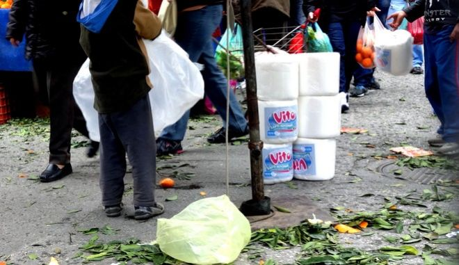 """Δύο μικρά παιδιά που πωλούσαν χαρτί σε ρολό κουζίνας στην λαϊκή αγορά του Νέου Κόσμου, εκδιώχνονται από το """"πόστο"""" τους  από υπάλληλο ιδιωτικής εταιρείας σεκιούριτι το Σάββατο 8 Μαρτίου 2014. (EUROKINISSI/ΓΙΩΡΓΟΣ ΚΟΝΤΑΡΙΝΗΣ)"""