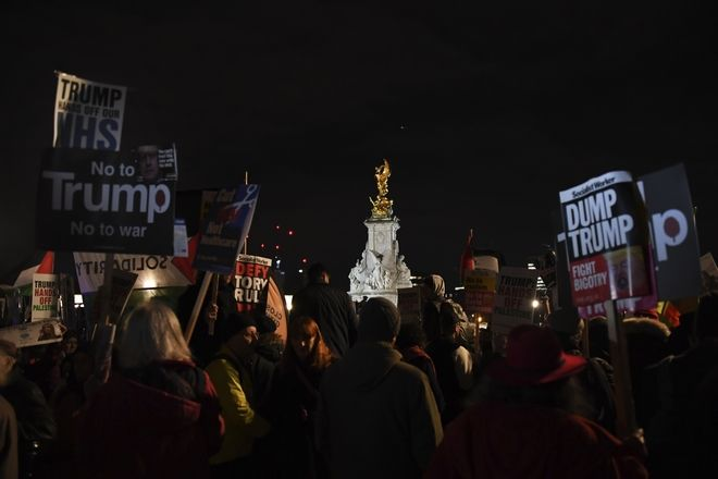 Πλήθος κόσμου διαδηλώνει έξω από το παλάτι του Μπάκιγχαμ ενάντια στη σύνοδο κορυφής του ΝΑΤΟ και της επίσκεψης του Ντόναλντ Τραμπ