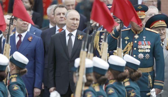 Ο Βλάντιμιρ Πούτιν επιθεωρεί την παρέλαση