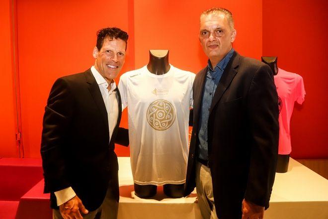 Η παρουσίαση της νέας τεχνικής μπλούζας της διοργάνωσης - από αριστερά: Yπερμαραθωνοδρόμος, Κωνσταντίνος Καρνάζης, Εκπρόσωπος Luanvi στην Ελλάδα, κ. Μάνος Σηφάκης