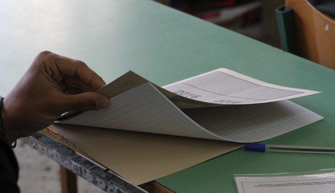 Στιγμιότυπο από εξεταστικό κέντρο στο 3ο Λύκειο Πύργου κατά την διάρκεια των Πανελλαδικών Εξετάσεων την Δευτέρα 16 Μαΐου 2016. Οι υποψήφιοι μαθητές εξετάστηκαν στο μάθημα της Νεοελληνικής Γλώσσας. (EUROKINISSI/ILIALIVE.GR/ΓΙΑΝΝΗΣ ΣΠΥΡΟΥΝΗΣ)