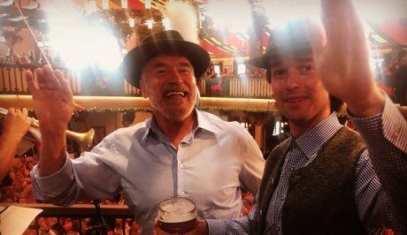 Ο Άρνολντ Σβαρτζενέγκερ πίνει μπίρες στο Oktoberfest