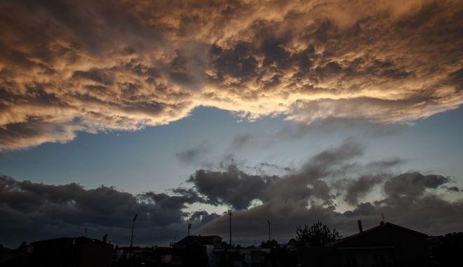 Δύση ηλίου μετά από καταιγίδα πάνω από την πόλη των Τρικάλων