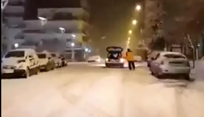 Ορεστιάδα: Έκανε σκι στο κέντρο της πόλης δεμένος από αυτοκίνητο