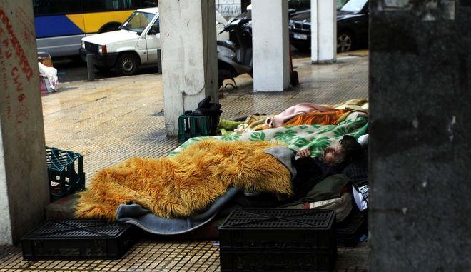 Αστεγοι μετανάστες προσπαθούν να προστατευτούν απο το κρύο με βελέτζες και άλλα σκεπάσματα στην οδό Πειραιώς,σε στιγμιότυπο σήμερα Παρασκευή 28 Ιανουαρίου 2011 (EUROKINISSI / ΧΑΣΙΑΛΗΣ ΒΑΪΟΣ)