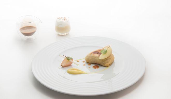 Πίτα με foie gras / Κρέμα ξινόμηλο με κάρυ / καπουτσίνο μήλου με espuma κεφίρ / υγρό ζελέ vinsanto / κρεμμυδάκι στιφάδο