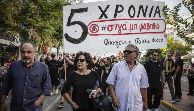 Σε εξέλιξη η πορεία για τα πέντε χρόνια από τη δολοφονία του Παύλου Φύσσα - Στην κεφαλή οι γονείς του