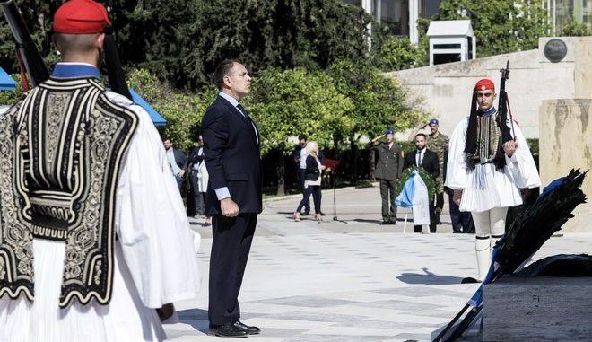 Ο υπουργός Εθνικής Άμυνας, Νίκος Παναγιωτόπουλος καταθέτει στεφάνι στο Μνημείο του Άγνωστου Στρατιώτη