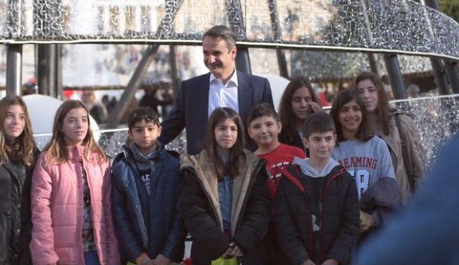 Βόλτα με παιδιά από τα χωριά SOS έκανε στο κέντρο της Αθήνας ο Κυριάκος Μητσοτάκης