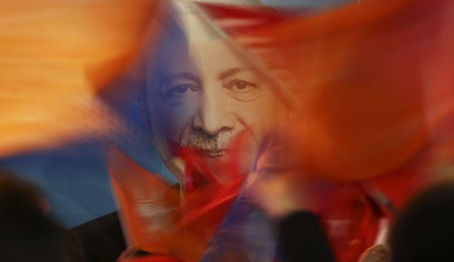 Υποστηρικτές το Ρετζέπ Ταγίπ Ερντογάν κυματίζουν σημαίες κατά την ανακοίνωση των αποτελεσμάτων στις δημοτικές εκλογές της Τουρκίας