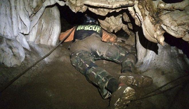 Σωστικά συνεργεία διεξάγουν έρευνες για τον εντοπισμό 12 αγοριών και του προπονητή τους που εγκλωβίστηκαν σε σπηλιά κατά τη διάρκεια κακοκαιρίας