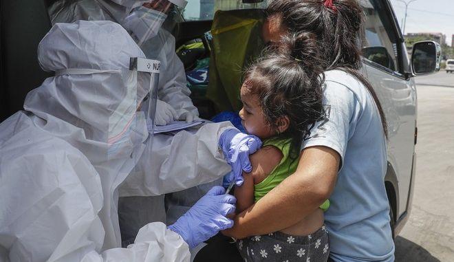Τεστ κορονοϊού σε μικρό παιδί (AP Photo/Aaron Favila)