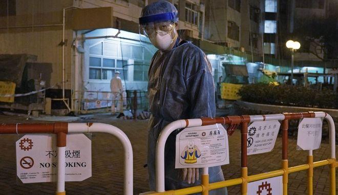 Το Χονγκ Κονγκ μετράει πάνω από 50 κρούσματα και έναν νεκρό.