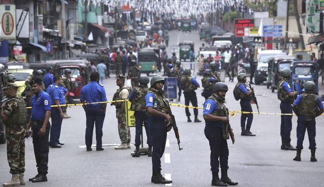 Στρατιώτες στους δρόμους της Σρι Λάνκα (AP Photo/Manish Swarup)