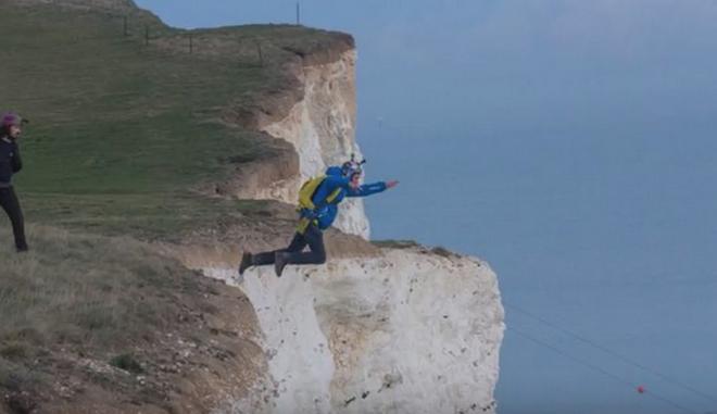 'Βούτηξε' σε γκρεμό 180 μέτρων για να σώσει τον φίλο του