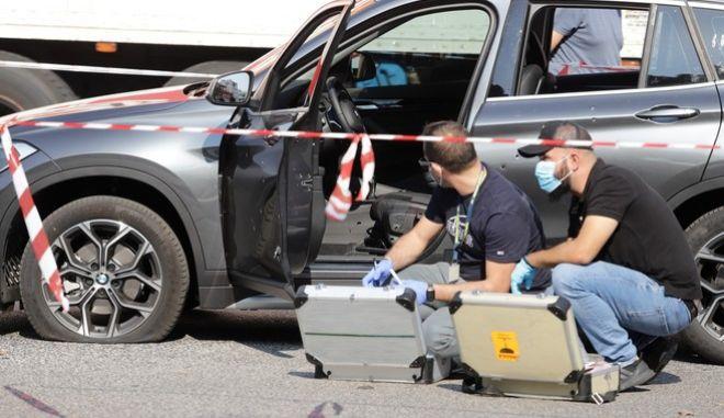 Δύο άγνωστοι που επέβαιναν σε μηχανή πυροβόλησαν τον άνδρα που βρισκόταν μέσα σε ΙΧ στη συμβολή των οδών Αθηνών και Σατωβριάνδου, την Τρίτη 29 Οκτωβρίου 2019.