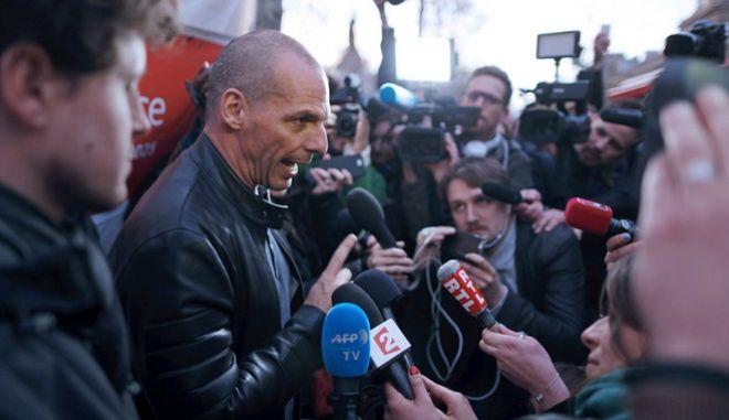Ο Βαρουφάκης 'ξαγρυπνά' στους δρόμους του Παρισιού