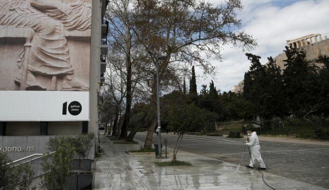 Εργασίες απολύμανσεις έξω από το μουσείο της Ακρόπολης
