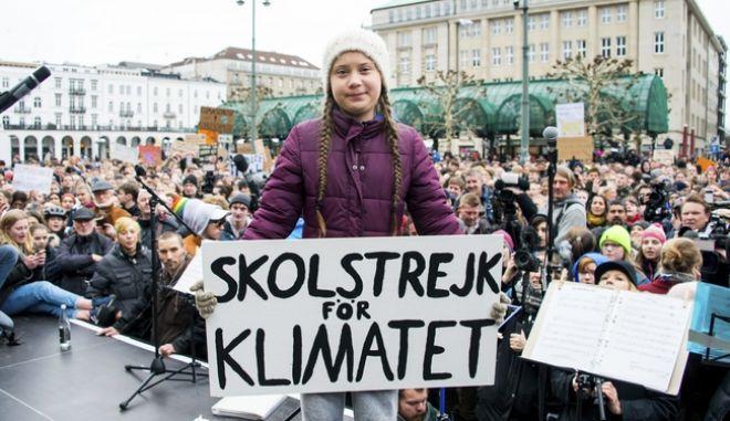 καρέ από την νεαρή ακτιβίστρια Γκρέτα Τούνμπεργκ κατά τη διάρκεια διαμαρτυρίας για την κλιματική αλλαγή