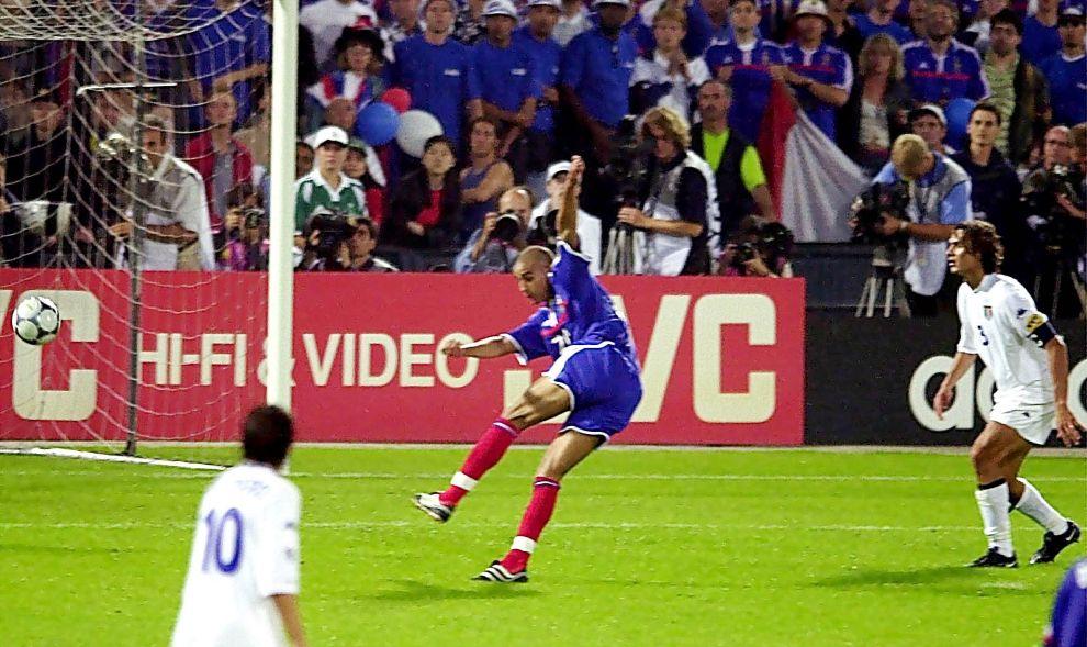 Ο Νταβίντ Τρεζεγκέ έχει πιάσει το σουτ που θα στείλει τη μπάλα στα δίχτυα της Ιταλίας και θα δώσει το τρόπαιο στη Γαλλία (2/7/2000).