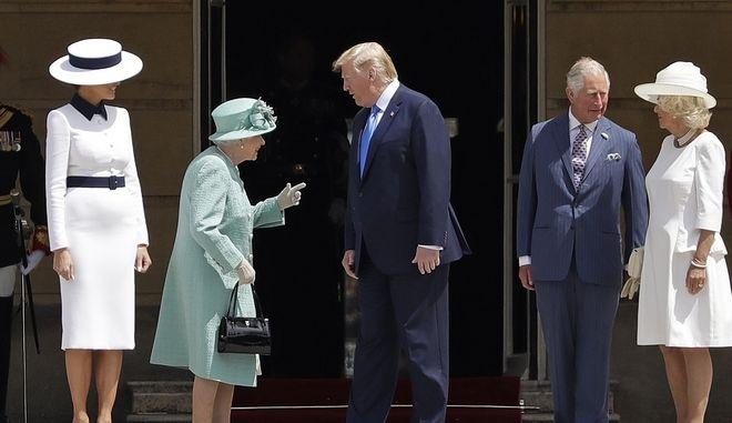 Η βασίλισσα Ελισάβετ και ο πρίγκιπας Κάρολος υποδέχθηκαν τον Ντόναλντ Τραμπ